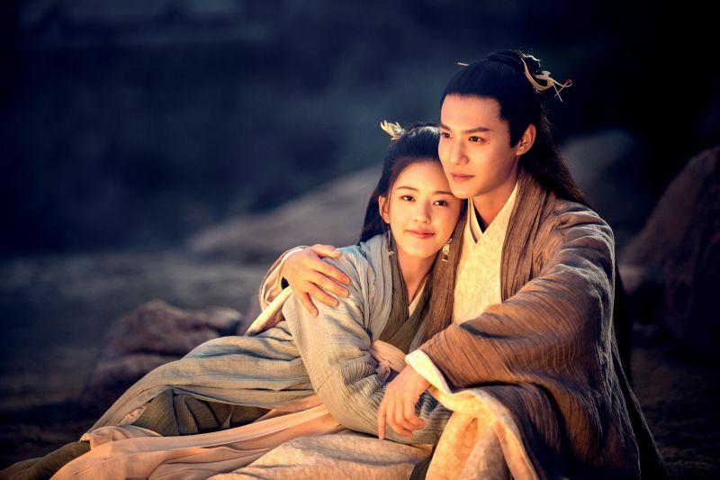 ▲趙露思(左)與鄭業成在劇中有許多親密橋段。(圖/緯來戲劇台)