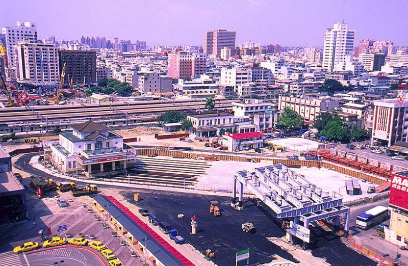 ▲高雄車站作為城市交通轉運中心,通車17年的中博高架橋在高雄人心中是其他道路無法取代。(資料照/高市新聞局提供)