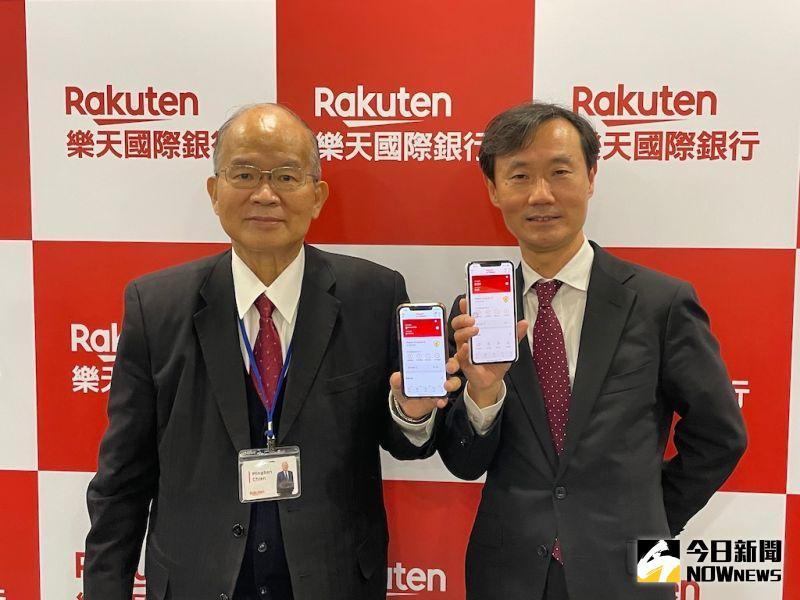 樂天國際銀行董事長簡明仁(左)、總經理佐伯和彥(右)在開業滿月慶茶會上合影。(圖/記者顏真真攝)