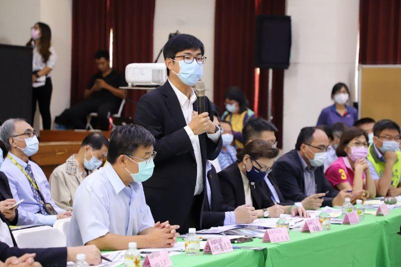 ▲高雄市長陳其邁在大林蒲實地與當地居民進行溝通(圖/高市都發局提供)