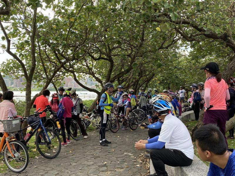 ▲新北市政府體育處舉辦單車遊的活動,由單車領隊帶領宣導正確單車騎乘的概念,更以寓教於樂方式關懷自然生態環境。(圖/新北市政府體育處提供)