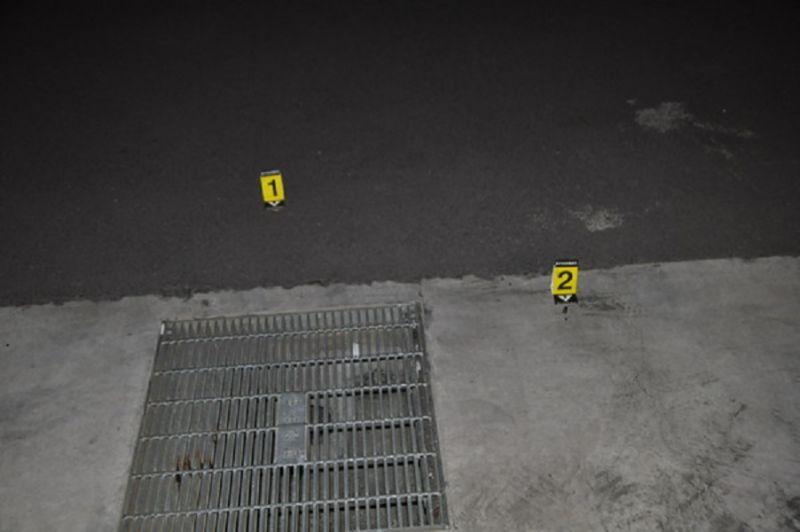 ▲凌晨10餘名男子分持棍棒、槍械滋事討債,警方趕赴現場時,發現地上餘留二顆彈殼(圖/民眾提供)