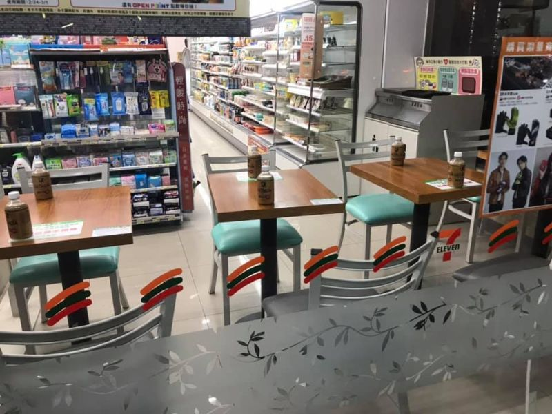 ▲從照片中可以看到,超商內用餐區的桌子上,按照一張椅子一個座位來看,每個位子的桌上都擺著一瓶飲料,彷彿代表有人在那邊。(圖/臉書社團《爆怨2公社》)