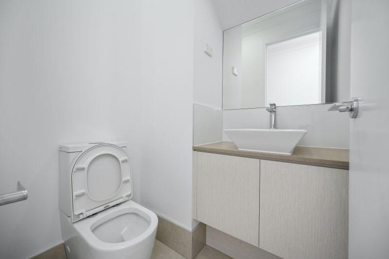 ▲一名女網友發文,表示朋友到台北工作,而公司有提供便宜宿舍,一個月只需要2500元,但當她一看到浴室照片,卻崩潰了。(示意圖/取自unsplash)