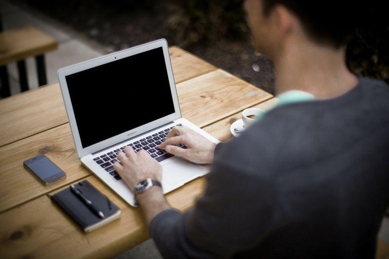 ▲一名自稱是工程師的男網友發文,表示自己已經快45歲了,近日投履歷都沒有人理,貼文一出,引起熱議。(示意圖,圖中人物與文章中內容無關/取自 pixabay )