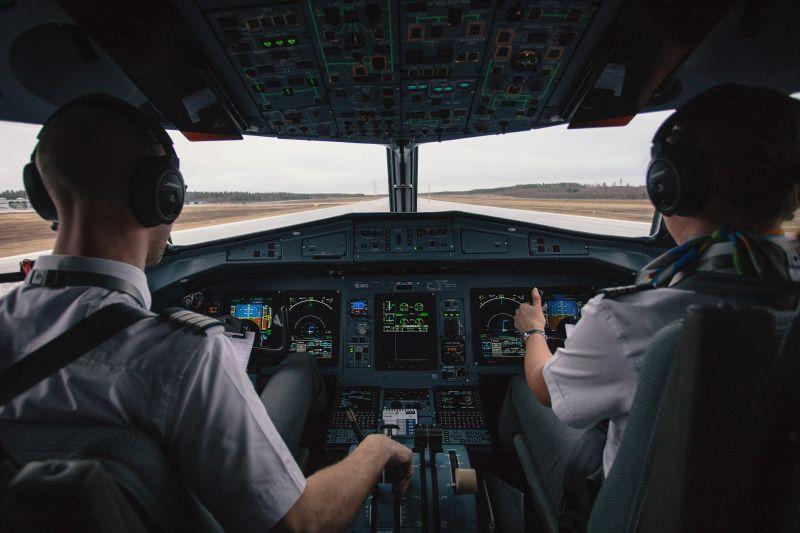 ▲長榮航空3名機師突破性感染,並展開機組員回溯專案檢驗,指揮中心說明最新檢驗結果。(示意圖/pixabay)