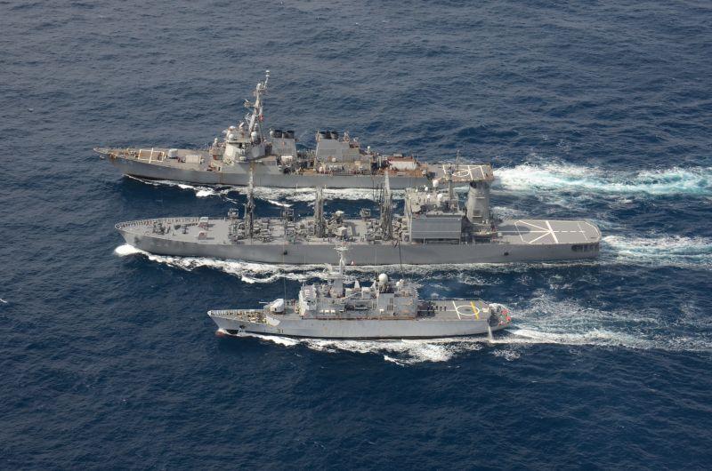 ▲美國海軍「魏柏號」驅逐艦(上)、日本海上自衛隊補給艦濱名號(中)、法國花月級(Floréal)級輕型巡防艦牧月號(下)進行海上補給演練。(圖/第7艦隊臉書)