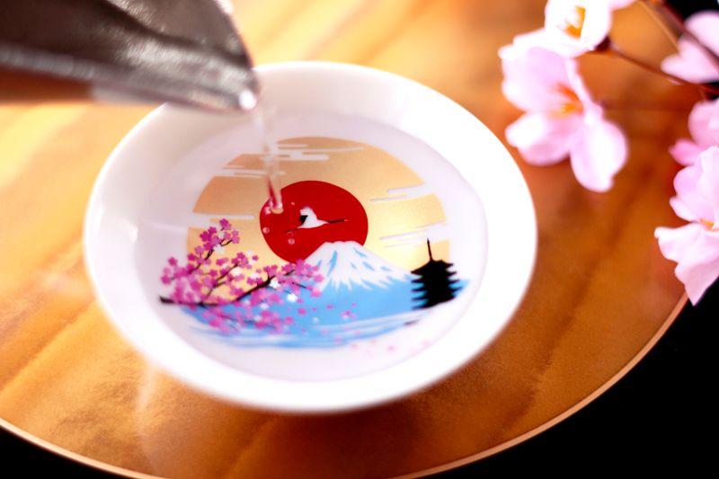 ▲只要你倒入低於17度的冷飲,花瓣會隨即轉為粉色,而富士山也會漸漸變藍,襯托出它高聳的山頂。(圖/取自Marumo