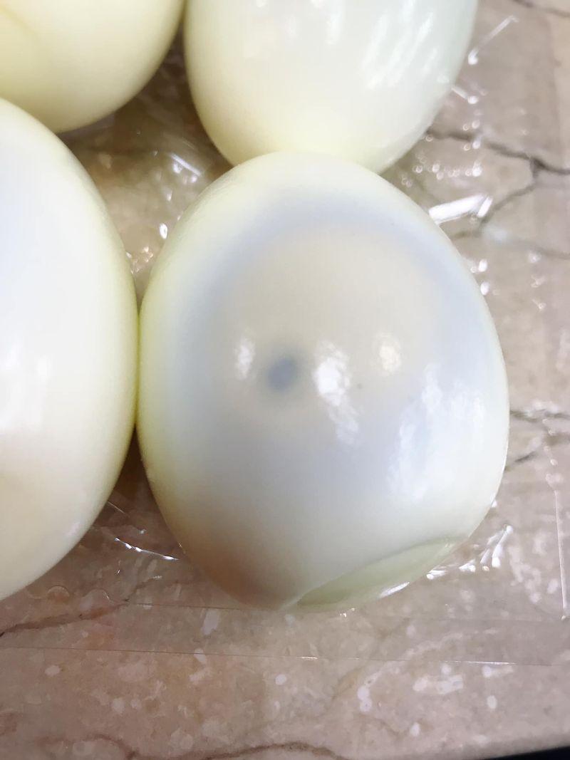 ▲網友分享自己剝開的蛋全部蛋黃都有黑點。(圖/爆廢公社二館)