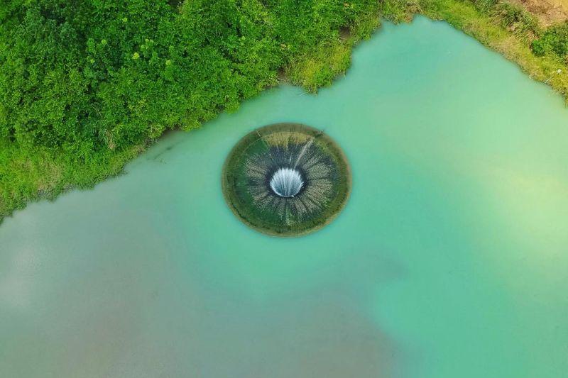 ▲天井因強力的吸水力經常被民眾戲稱為正在沖水的巨型馬桶。(圖/@jiajie_j