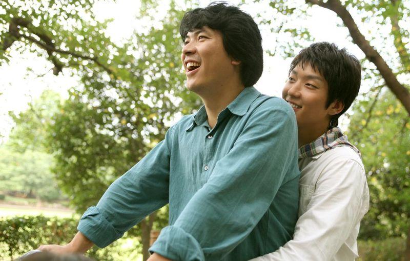 ▲金相慶(左)與李準基在《華麗的假期》中飾演兄弟。(圖/車庫娛樂)