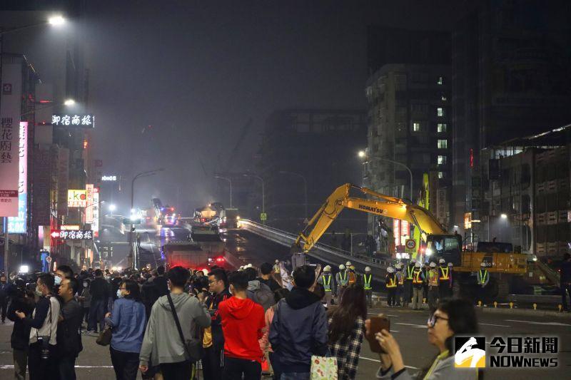 ▲未來48小時,中博高架橋拆除工程將連續施工不停歇,縮短交通黑暗期。(圖/記者鄭婷襄攝,2021.02.27)