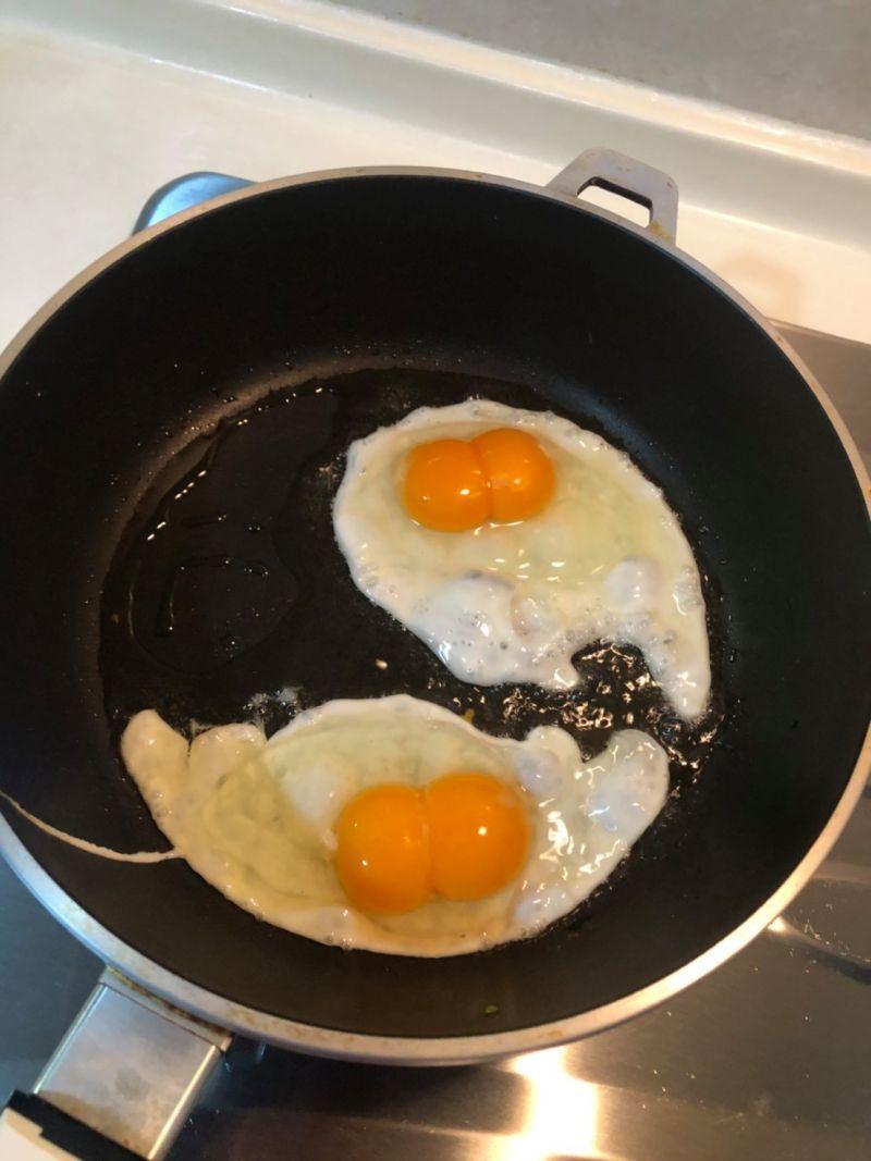 ▲鍋內的雞蛋果真都是完整的「雙蛋黃」。(圖/翻攝自臉書社團《我愛全聯-好物老實說》)