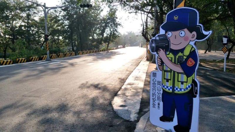 ▲岡山分局自創「Q版警察」人形立牌,分別設置於各重要易肇事路口處,全力投入交通疏導。(圖/岡山警分局提供)