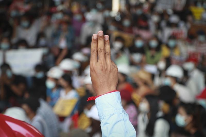 ▲緬甸駐聯合國大使覺莫敦(Kyaw Moe Tun)告訴聯合國大會,他的發言代表翁山蘇姬政府,並懇請聯合國「動用任何必要手段,對緬甸軍方採取行動,為緬甸人民提供安全保障」,並豎起三指致敬示威民眾。示意圖。(圖/美聯社/達志影像)