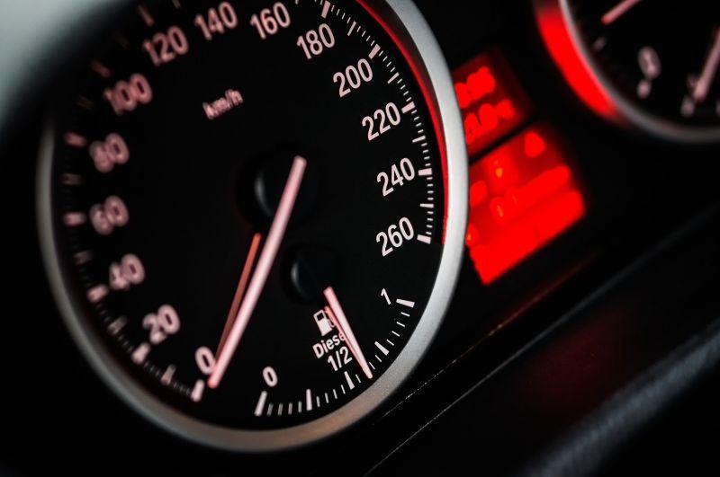 ▲駕駛、超速、買車、飆車、公路、里程表、時速(示意圖/取自《Pixabay》)