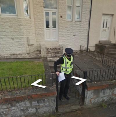 ▲康納倫在街景圖上發現有警察曾在該棟房子外行動。(圖/翻攝google街景)