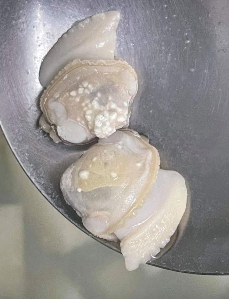 ▲一名女網友發文並PO出一張照片,好奇地詢問「請問蛤蜊肉上的白色點點是什麼」。(圖/翻攝自《爆系知識家》)