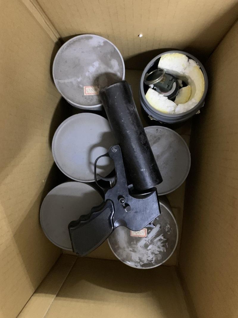 派出所廢棄鐵櫃載往回收場 掉出6顆手榴彈