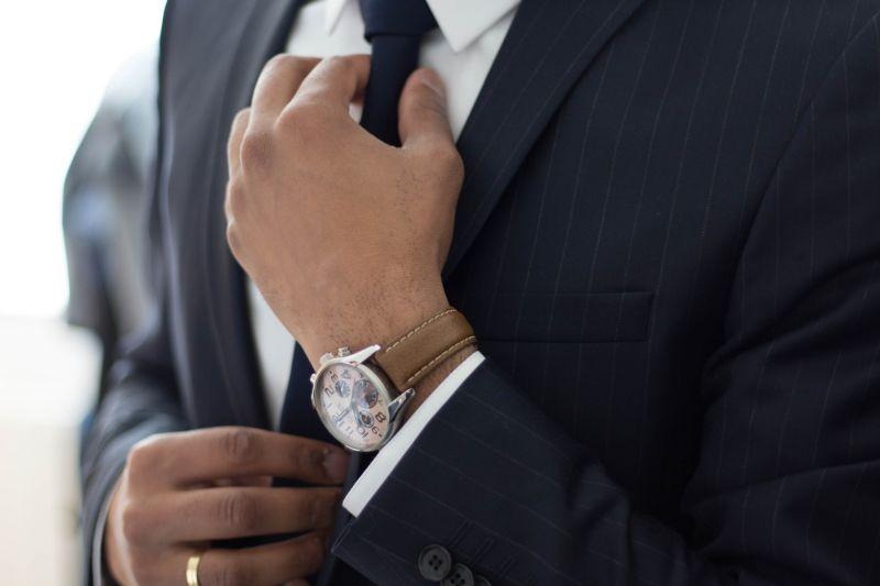 ▲一名男網友不解,為何在台灣穿西裝就會被認定成業務。(示意圖,圖中人物與文章中內容無關/取自unsplash)