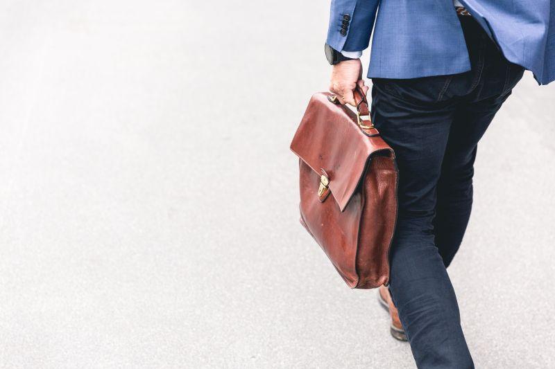 ▲原PO認為西裝很有型,為何穿了反而被調侃「想轉業務部」。(示意圖,圖中人物與文章中內容無關/取自unsplash)