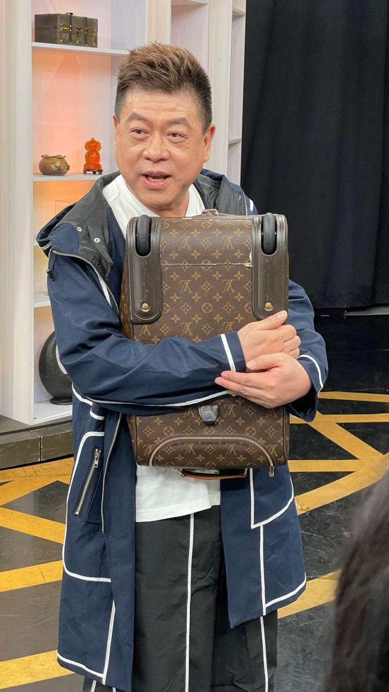 ▲孫德榮帶來羅志祥送的LV包包上節目鑑寶。(圖/JET)