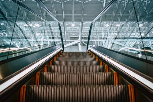 搭電扶梯拒絕靠右!女「下秒舉動」媽氣炸:不會走樓梯嗎