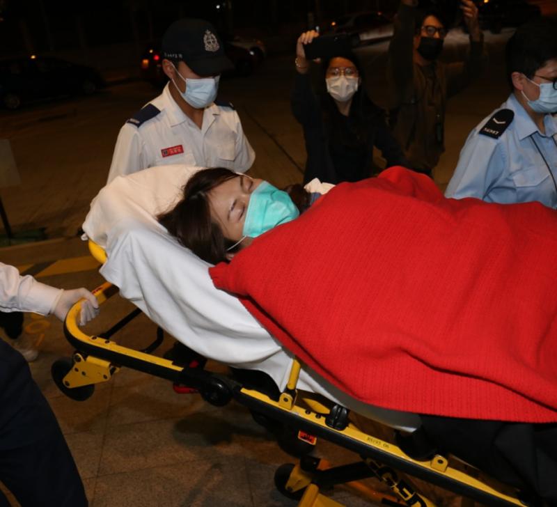 ▲楊雪盈因不適暈倒被送醫。(圖/翻攝自香港01/劉定安攝)