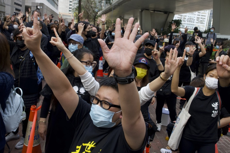 ▲▼1日在西九龍裁判法院外頭,有上百位民主派支持者到場聲援,香港警方一度舉起旗幟警告。(圖/美聯社/達志影像)
