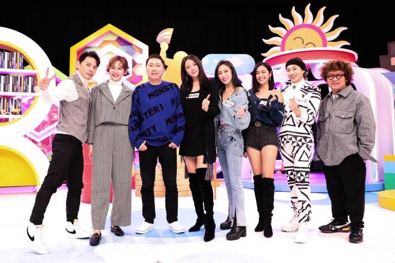 ▲李妍瑾(左四)公開當年被勒索真相。(圖/中天)