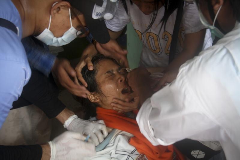 ▲緬甸自軍方政變後,至今仍動盪不安,聲援民主的示威者與軍警之間的暴力衝突也逐漸升級。圖為本月2日於反政變活動中遭催淚瓦斯擊中的示威者。(圖/美聯社/達志影像)