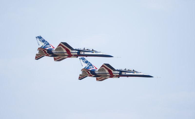 ▲漢翔董事長胡開宏同乘勇鷹機升空測試,並進行空軍課目演練。(圖/漢翔提供)