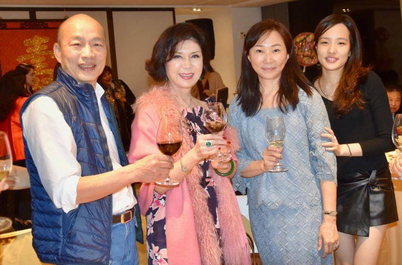 ▲韓國瑜(左起)、白嘉莉、李佳芬、韓冰合影。(圖/白嘉莉臉書)