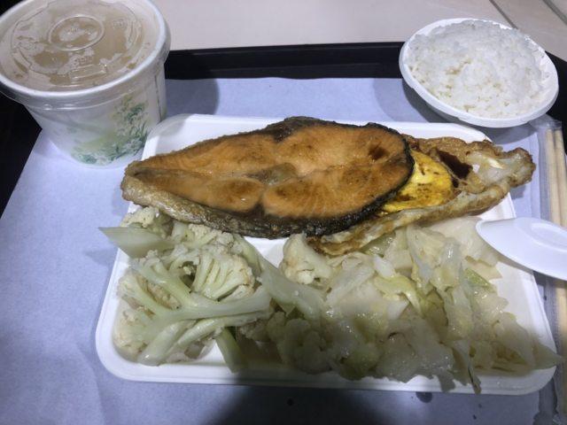▲網友分享自己去買自助餐時夾了3樣菜,卻要價175元。(圖/路上觀察學院)