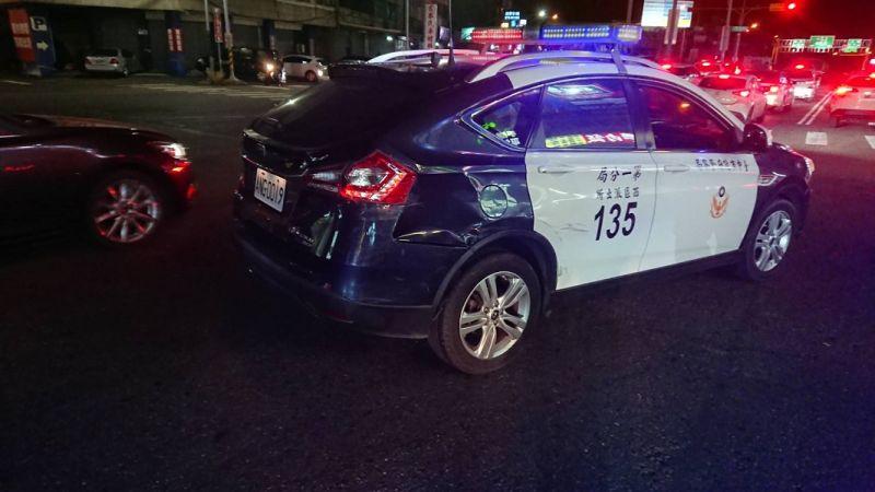 ▲台中市警方追捕偷車賊至彰化,警車遭嫌犯駕車衝撞(圖/記者鄧力軍翻攝)