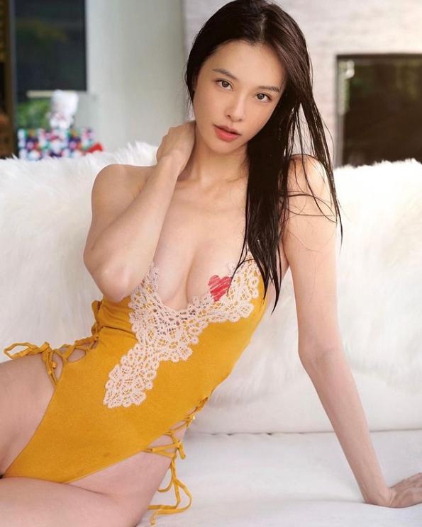 ▲李元玲身穿一套橘色連身泳裝大開高衩。(圖/李元玲