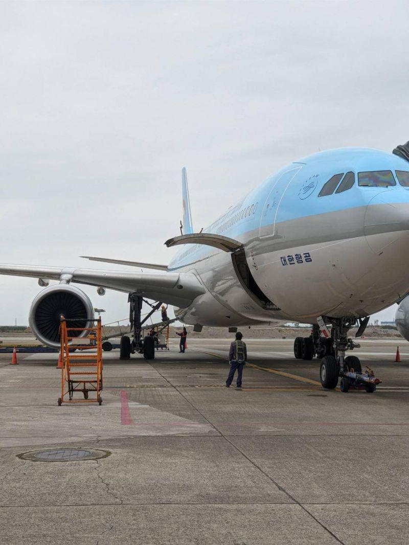 ▲首批az疫苗搭乘大韓航空運抵台灣桃園機場。(圖/林佳龍臉書)
