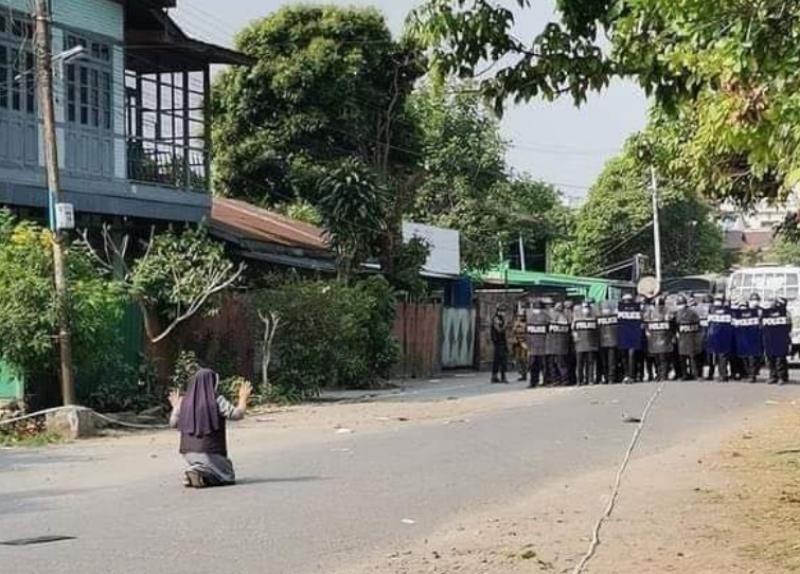 ▲▲▼緬甸的貌波樞機主教,在推特上貼出數張唐格修女試圖保護民眾的照片,引起國際迴響。(圖/翻攝自Cardinal