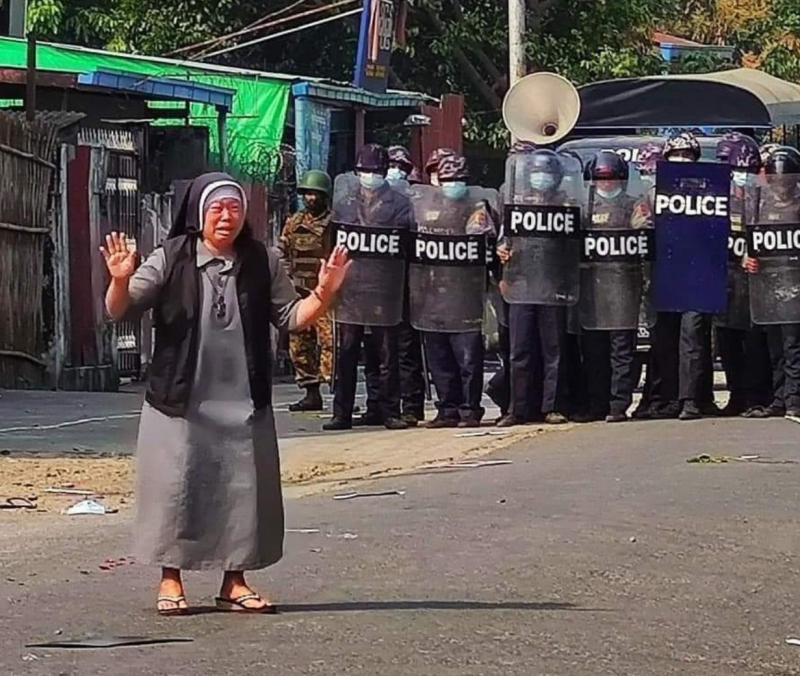 ▲▼緬甸的貌波樞機主教,在推特上貼出數張唐格修女試圖保護民眾的照片,引起國際迴響。(圖/翻攝自Cardinal