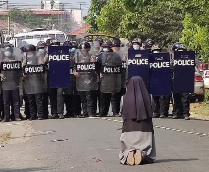 ▲面對示威民眾與緬甸軍警衝突,一名天主教修女唐格為了保護人民,而對軍警下跪,請求對方不要對人民開槍。(圖/翻攝自Cardinal Charles Bo推特)