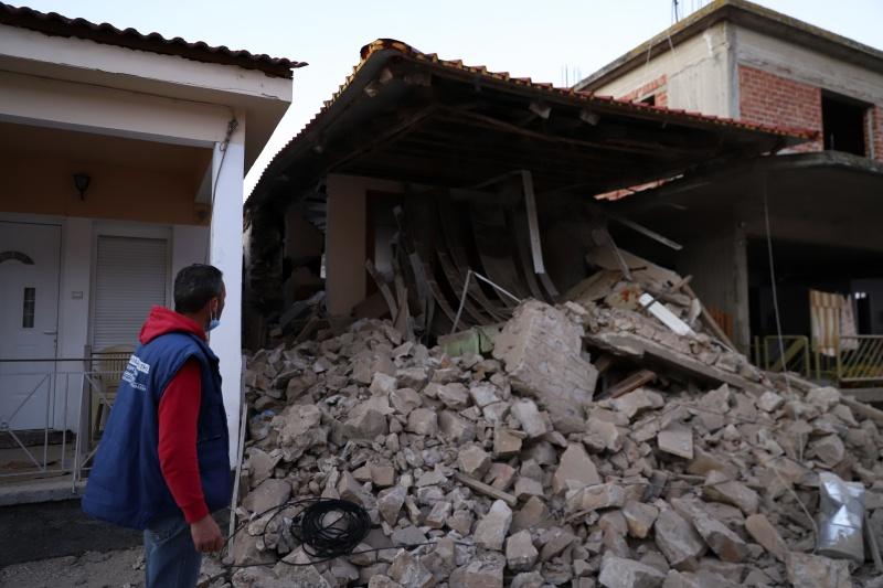 ▲強震襲來,不少老舊的建築物因此倒塌造。(圖/美聯社/達志影像)