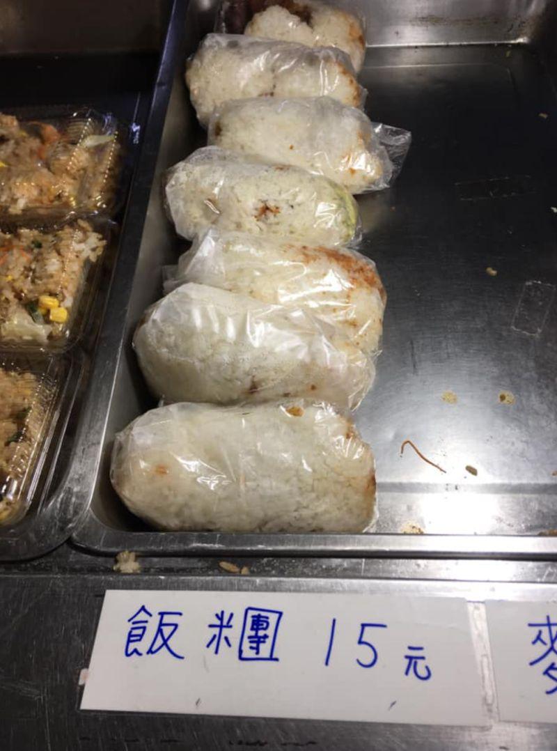 ▲一名網友分享自己在彰化某間早餐店買到一顆只要15元的飯糰。(圖/翻攝自《爆廢公社二館》)