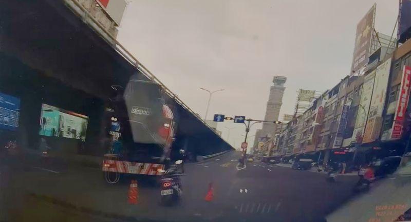 高雄民族路橋下3月2日發生車禍,騎機車的消防局陳姓小隊長送醫急救後仍不幸身亡。(圖/翻攝畫面)