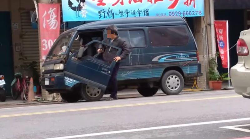 ▲沒想到下一秒他開啟車門的瞬間,車門竟瞬間向下傾斜,與跑車的「鍘刀式車門」有著幾分雷同。(圖/翻攝自臉書社團《路上觀察學院》)