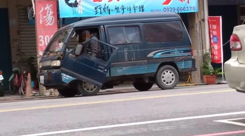 ▲從影像中可以看到,一位阿伯走到自家廂型車旁邊準備開門上車。(圖/翻攝自臉書社團《路上觀察學院》)