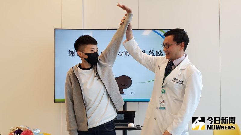 ▲「神經轉移手術」藉由轉移好的電線到壞的電線,來恢復肩膀上舉外展等功能。(圖/記者陳美嘉攝,2021.03.05)