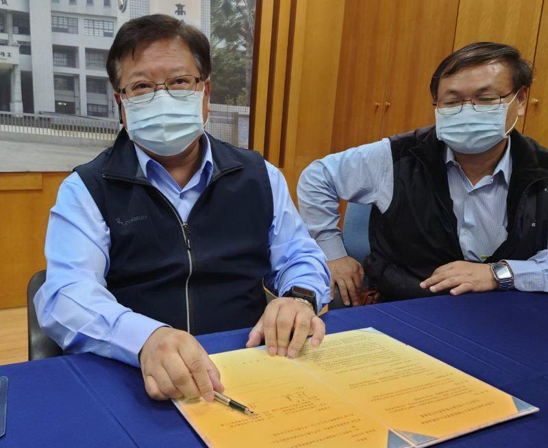 ▲台灣中油煉製事業部執行長徐漢(左)代表中油簽署科學班合作案。(圖/記者黃守作攝,2021.03.05)
