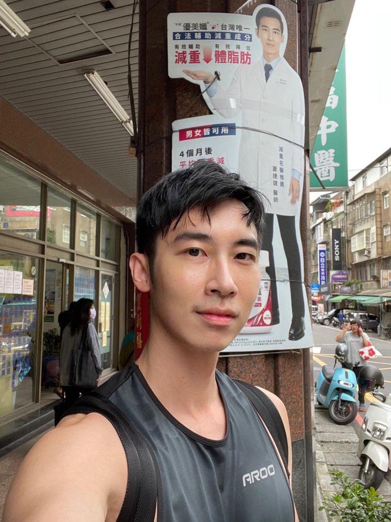 ▲蕭捷健在路邊尷尬和自己代言的人形立牌合照。(圖/艾迪昇傳播提供)