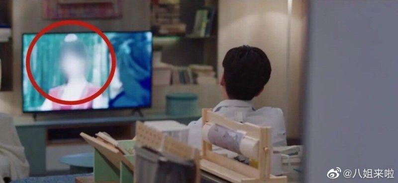 ▲胡一天看的電視劇是鄭爽《微微一笑很傾城》。(圖/翻攝微博)