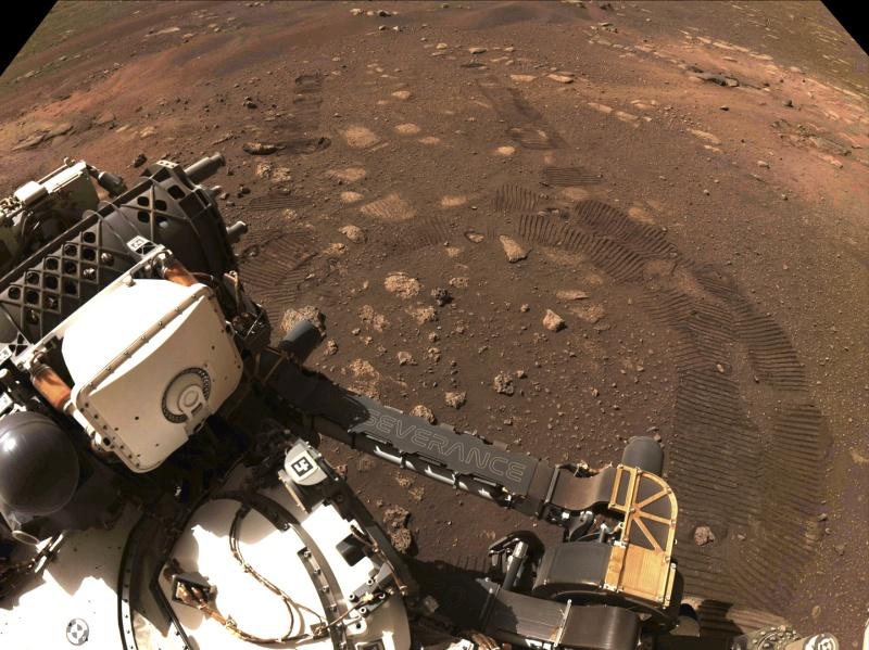 ▲在登陸火星2週後,NASA探測車「毅力號」成功完成第一次試駕,並在火星表面留下移動的軌跡。(圖/美聯社/達志影像)
